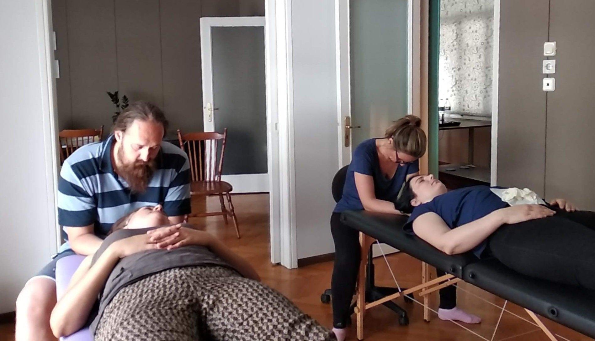 Δύο θεραπευτές δίνουν θεραπεία ΚρανιοΙερήςταυτόχρονα σε δύο διαφορετικούς ασθενείς